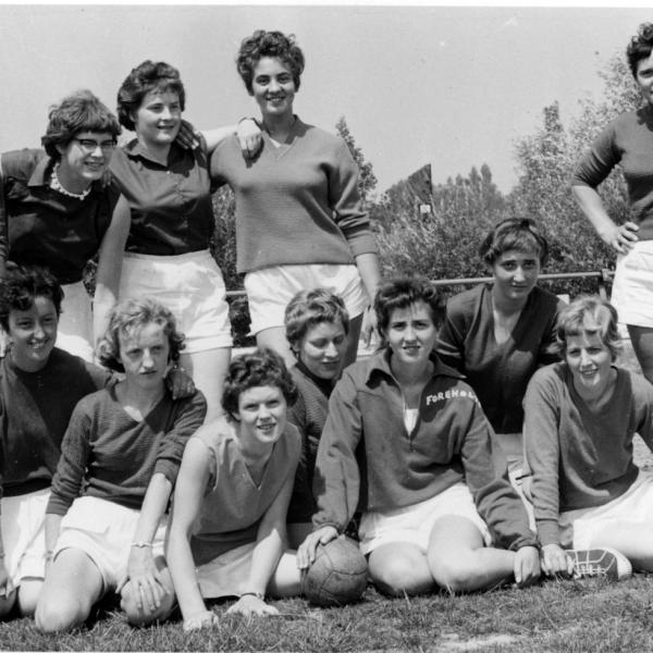 1956 - Het eerste elftal van Foreholte. Staand: Betty Deutekom, Ria Turenhout, Nel v.d. Geer, Agnes Turnhout, Quirina Langeveld. Zittend: Wil v.d. Hulst, Lida Noordermeer, Ria Deutekom, Riet van Steijn, Bea Turnhout, Ans Turnhout en Ria IJsselmuiden