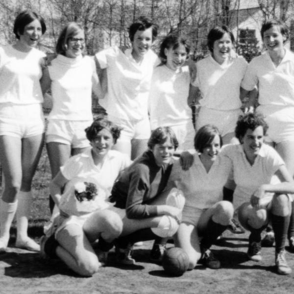 1966 - Dames Junioren, kampioen 2e klasse. Staand: Jacqqueline Oostdam, Marlies Schoemaker, Anneke Vester, Roni Datema, Elly Huyts en Lizette Vroonhof. Knielend: Willy van Kesteren, Leni Hoek, Anneke van Beek en Tineke van Dam