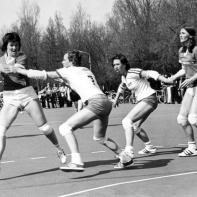 Een 7-handbalwedstrijd op de parkeerplaats tegen het Haagse Hellas