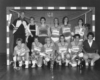 Het tweede team wat kampioen werd van de derde divisie in 1989: Staand v.l.n.r.: Cor Bakker, Christine van Emmerik, Diana van Dam, Carla Du Burck, Esther v.d. Ploeg, Agnes Salvatori, Moniek van Deelen. Hurkend v.l.n.r.: Jacqueline Aartman, Elly Hoek, Anja v.d. Ploeg, Yvonne Heerings, Hanny Boskamp en Olga Almenkinders.